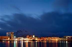 Skyline von Svolvaer bei Nacht